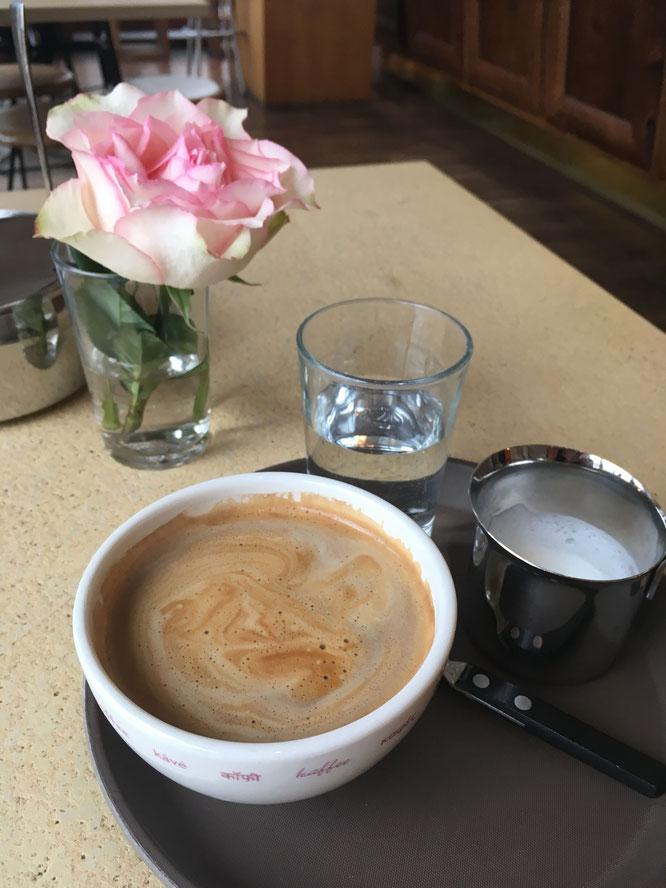 Altstadt Hotel & Café; Caffe crema mit Milch und Blümchen