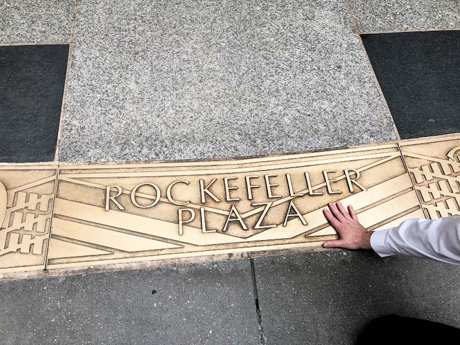 """A friendship founded on business is better than a business founded on friendship."" John D. Rockefeller. Rockefeller Plaza, New York City - inkl. meiner rechten Hand..."