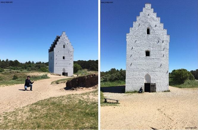 Die versandete Kirche, Skagen: Auf der Rückseite des aus dem Sand ragenden Kirchturms könnt Ihr mit Hilfe von Pfeilern die Umrisse des ehemaligen Kirchenschiffs erkennen...