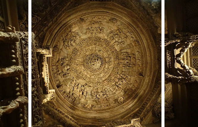 Teakholzdecke einer seitlich offene Säulenhalle, Gujarat, Indien