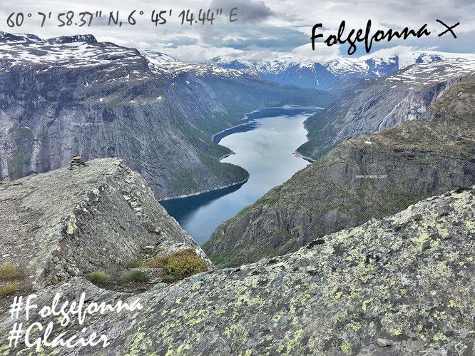 In der Ferne erhebt sich der drittgrößte Gletscher Norwegens (1.662 Meter über dem Meeres- und Fjordspiegel), eingebettet in den Folgefonna-Nationalpark. Eine 214 Quadratkilomer große Region zwischen Sørfjord, Åkrafjordund Hardangerfjord im Westen...