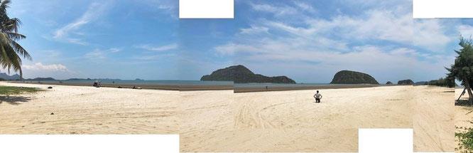 Dolphin Bay, 45 Km südlich von Hua Hin, 2 Kilometer nördlich des Sam Roi Yot Nationalparks: 5 Km nahezu unberührter Strand (Bild zusammengesetzt aus 4 Einzelfotos)...