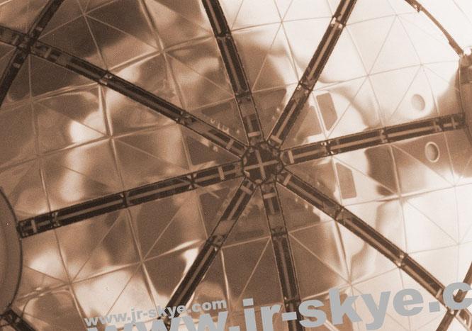 Atomium, Brüssel (50° 53′ 41.71″ N, 4° 20′ 28.47″ E) - kubische Zelle des Kristallmodells Eisen (neun Atome), zentriert zur Expo58, vergrößert auf 102 Meter!