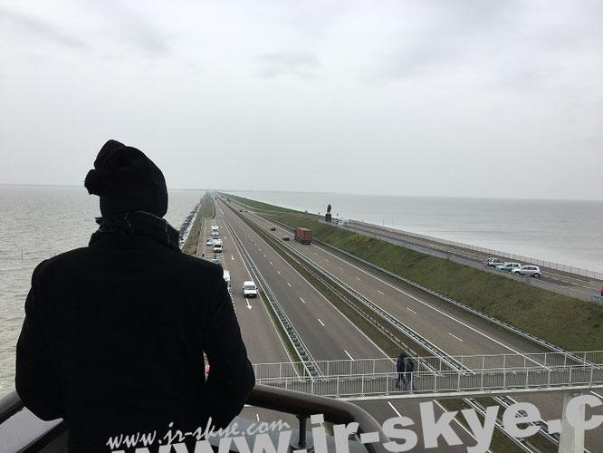 Links das IJsselmeer, rechts der offene Atlantik - beobachtet vom Vlietermonument bei Breezanddijk. Dieses Foto entstand bei Minusgraden und Windstärke um 80 Km/h (9 Bft/Beaufortskala)...