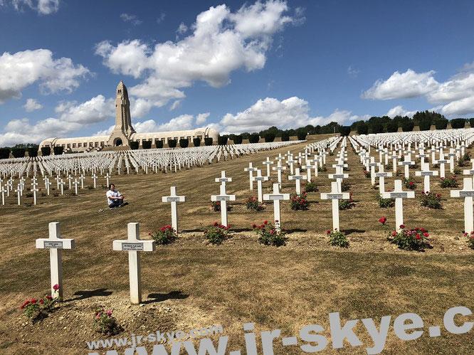 The dancing dead - hier reflektiere ich nicht nur die Schlacht um Verdun, sondern Verwicklung und Weg, die zu den mich umgebenden 16.142  Gräbern (inkl. der Überreste von 130.000 Menschen, gelagert im Beinhaus hinter mir) geführt haben...