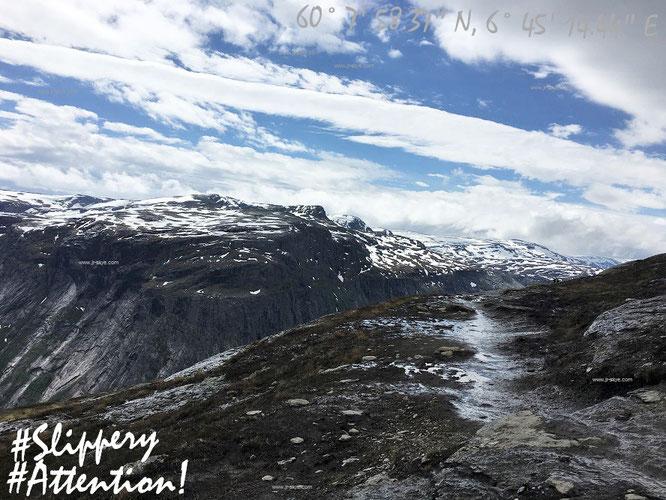 Wolken oder wolkenlos auf Eurem Weg nach Trolltunga. Was bleibt ist Schnee. Oder - wie hier auf dem letztem Kilometer bis zur Trollzunge - zumindest in gerade geschmolzener Form. Vorsicht auf diesem rutschigen Boden!
