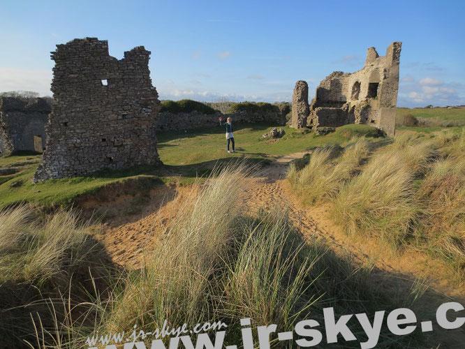 Das ist der verbliebene Rest von Pennard Castle auf Gower: Am Fuße des ruinösen Gemäuers legten wir ein Picknick ein, anschließend streiften wir durch das sich unterhalb anschließende, sich spektakulär ins Meer ergießende Tal...