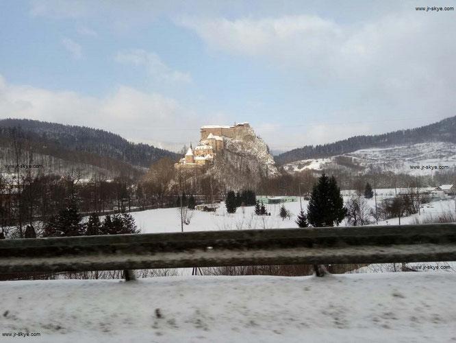 Die Burgruine Spissky hrad befindet sich nur 40 Kilometer südöstlich der Hohen Tatra. Aus dem Umland bieten sich auch im Winter großartige Ausblicke auf die trutzigen Außenmauern, die zu den größten der Welt zählen...