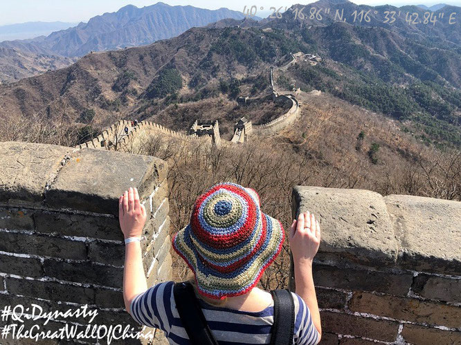 """Mona-Liza overviews the Great Wall of China (40° 26′ 16.87″ N, 116° 33′ 42.88″ E), Mutianyu (40° 26′ 16.86″ N, 116° 33′ 42.84″ E), 70 km north of Beijing."""