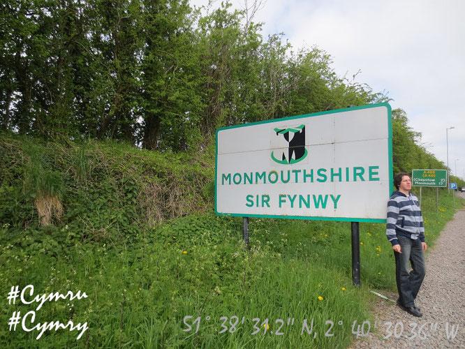 """""""Y Ddraig Goch ddyry cychwyn.""""  Wales, direkt an der Grenzlinie Cymru/England..."""