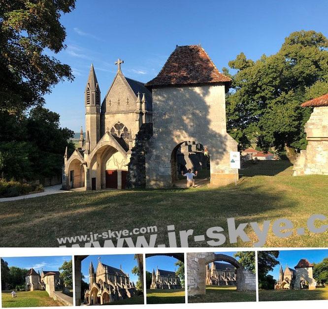 Burgkapelle und Porte de France, Vaucouleurs, Lothringen (48° 36′ 6″ N, 5° 39′ 54″ E). Geburtsort Jeanne d'Arc: 8 Kilometer südlich/Domrémy-la-Pucelle...