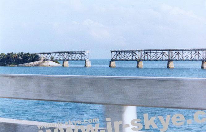 32 Inseln, die mit 42 Brücken verbunden sind - die Florida Keys. Hier das Highlight eines jeden Overdrives: die Seven Mile Bridge. Dieses Foto knipste ich aus einem fahrenden Auto, im Hintergrund die historische Eisenbahnbrücke.