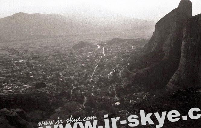 Kalambaka/Thessalien, am Fuße der Meteora Klöster, kurz vor Einbruch der Dunkelheit. Um - und auf - diesen Felsnadeln habe ich einige großartige Nächte verbracht...