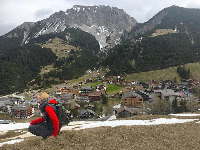 Blick vom anderen Ufer: Malbun, betrachtet aus der Perspektive der lokalen Skipisten. Rechts unverkennbar das Sesselbahn-Sareis-Gestänge mit Bergstation, inklusive angrenzendem, charakteistischen Bergmassiv (Fotomitte)!