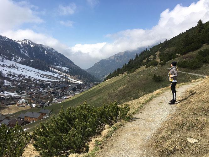Bergwandern light? Auf dem Fürstin-Gina-Weg in Richtung Augstenberg, Mitte April. Während Ihr Euch im Tal noch in Sonnenschein wähnt...