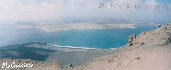 """Graciosa, die kleinste bewohnte Insel der Kanaren, von Gran Canaria aus gesehen. Die Legende um den """"Schatz von Graciosa"""" inspirierte angeblich Robert Louis Stevenon zu seiner Geschichte """"Die Schatzinsel""""!"""