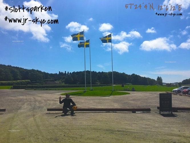"""Gruß aus Schweden: Auf dem Parkplatz um Tjolöholm slott. Auf diesem Foto erkennt Ihr deutlich, inwieweit das Castle tatsächlich in einen """"weiträumigen Park"""" eingebettet ist..."""
