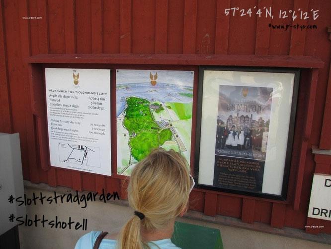 Bereits auf dem Parkplatzgelände um Tjolöholm slott werdet Ihr über aktuelle Ausstellungen und per Lageplan über das Anwesen informiert. Hier Mona-Liza, mit der ich den oben erwähnten Kurztrip über das Brückengeflecht Odense/Kopenhagen/Malmö wagte...