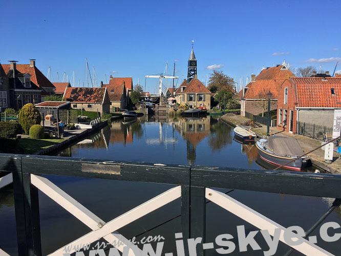 Holzbrücken sind Bestandteil eines Wegenetzes, das historische Kapitänshäuser, friesische Bachsteinfassaden in kofpsteingepflasterten Gässchen sowie Museen mit kleinen Bootsanlegestellen verbindet ...