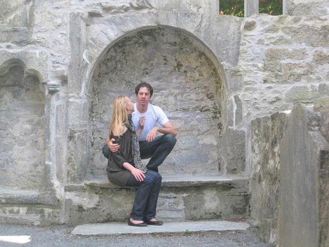 Muckross Abbey (Killarney/Kerry, Republik Irland -  52° 1′ 34″ N, 9° 29′ 44″ W.  Baustart: 1340), inmitten eines verwunschenen Friedhofs, übersät mit keltischen Kreuzen als pietätvolle Grabdekoration...