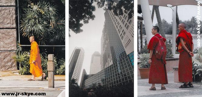 Buddhismus in Singapur: Orange - Farbe der höchsten Erleuchtung und Weisheit (links). Auch auf Sentosa (rechts) hat Ergebenheit und Askese Einzug gehalten, hier in Gestalt zweier spiritueller Lehrer des Vajrayana-Buddhismus (tibetischer Kulturkreis)...