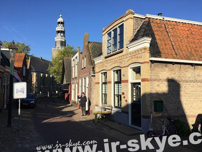 """Hindeloopen - im Hintergrund ragt der schiefe Turm (Westerturm, 1593) der """"Grote Kerk van Hindeloopen"""" in den friessischen Himmel empor..."""