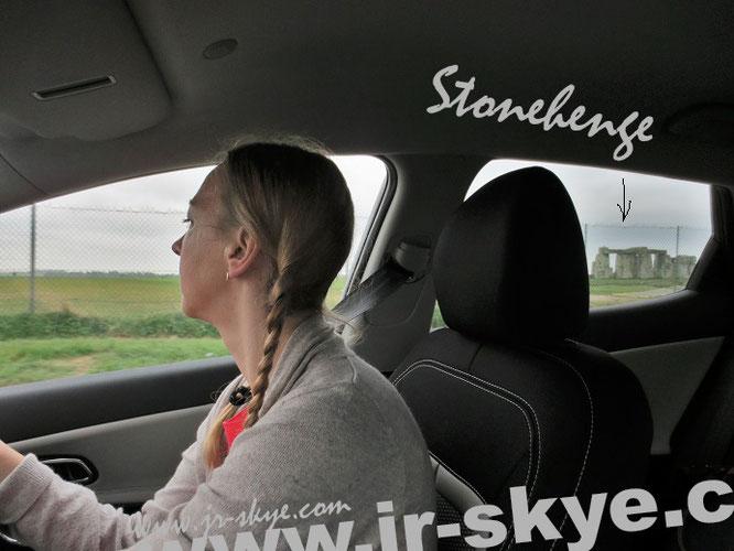 Stonehenge im seitlichen Rückfenster (Fahrerseite): Frankfurt - Stonehenge (im April) = 749 km (südwest)...