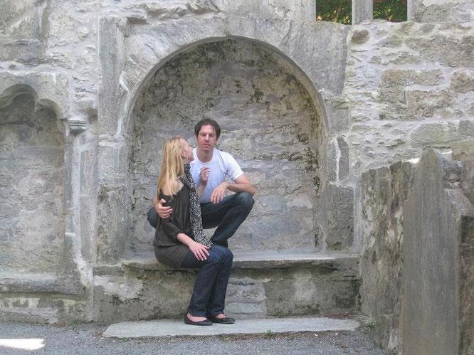 Muckross Abbey (Baustart: 1340), inmitten eines verwunschenen Friedhofs, inkl. keltischer Kreuze als Grabdekoration. Letzte sichtbaren Lebensspuren, überragend in Szene gesetzt...