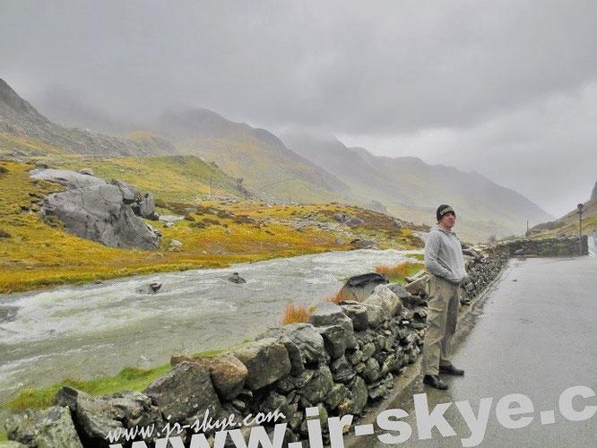 Dunkle Wolken über Snowdonia bzw. reißende Ströme - über und direkt neben uns. Im Hintergrund das riskant positionierte Zelt der unten erwähnten Backpacker aus Skandinavien...
