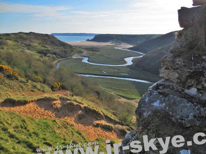 Der Abstieg von Pennard Castle ist recht steil: Verirrt Ihr Euch nach Gower, besucht dieses Tal unterhalb unseres Picknick-Areals. Seid Ihr besonders mutig, dringt Ihr sogar bis zu dem in der Ferne schimmernden Strand vor...