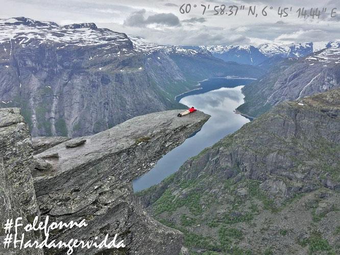 Pünktlich zum Saisonstart am 15. Juni. Hier liege ich gemütlich auf der Felszunge von Trolltunga, Norwegen...