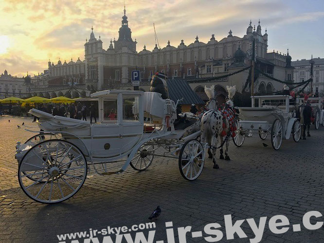 """UNESCO World Heritage Site Kraków Old Town/Cloth Hall (Sukiennice), Main Market Square #Krakow – just before nightfall (November 2017) #Poland #photography #travel #travelling #tourism #reise #reisen."""