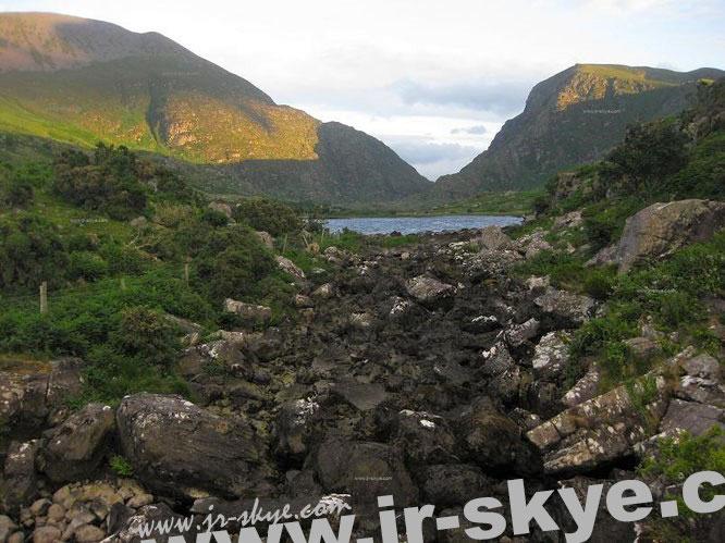 Gap of Dunloe (Bearna an Choimín), zwischen Macgillycuddy's Reeks und Purple Mountain (An Sliabh Corcra)…