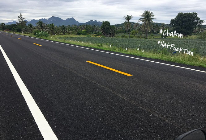 Typische Szenerie nördlich von Cha Am: Zwischen Petchkaesem Road und den wenigen Stränden des Golf von Siam südlich Phetchaburis...