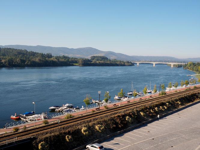 die Brücke über den Rio Minho verbindet Spanien (linkes Flussufer) mit Portugal