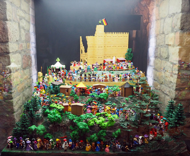 die Ausstellungsmacher haben den Aufstieg zum Hambacher Fest mit Playmobil-Figuren nachgestellt, eine witzige Idee