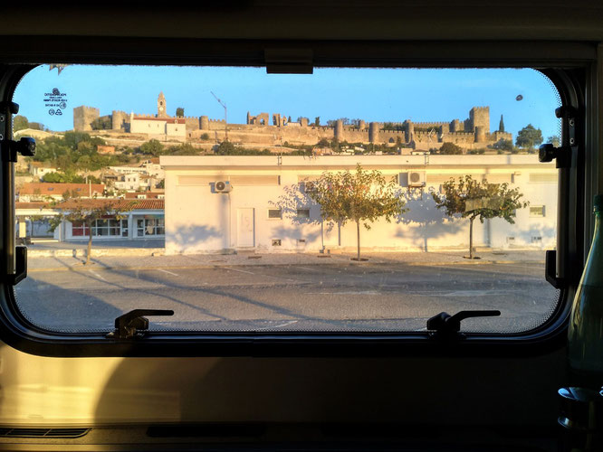 Blick aus dem Küchenfenster auf die Burg in Montemor o Velho bei Wind und Sonne