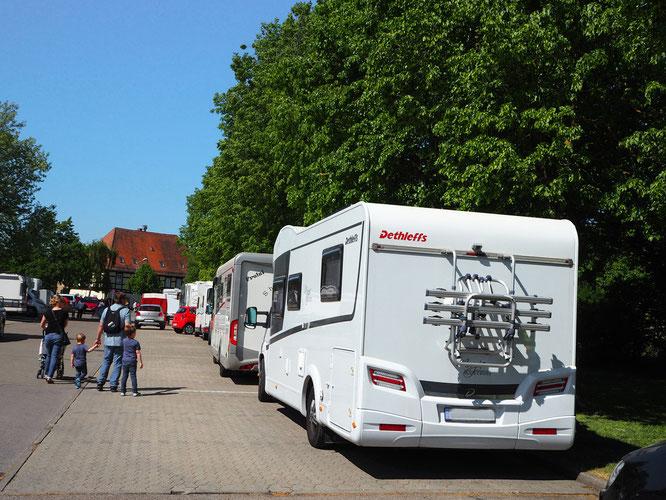 Stellplatz in Nördlingen mit Grünfläche vor der Aufbautür, auf der niemand das Aufstellen der Campingmöbel verbietet fürs Mittagessen