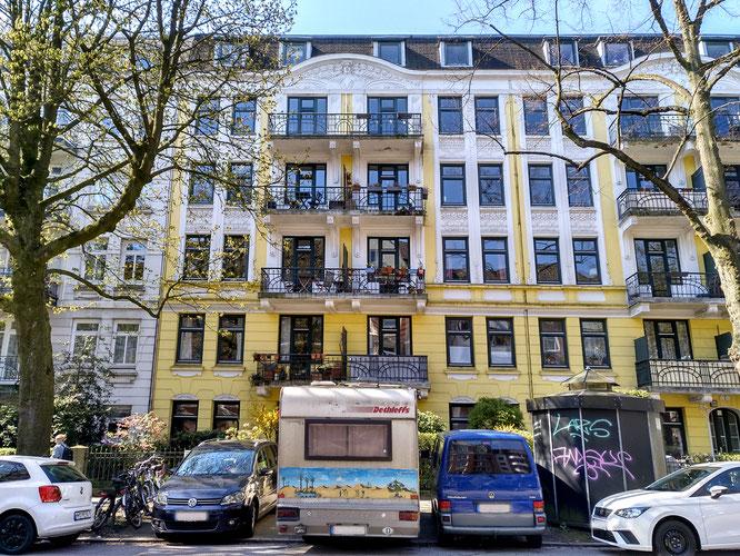 Mansteinstraße mit einem Wohnmobil vorm Haus, schräg gegenüber wurde ich geboren