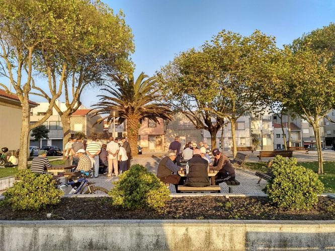 Leben im öffentlichen Raum, wie es nur im Süden möglich ist um diese Jahreszeit