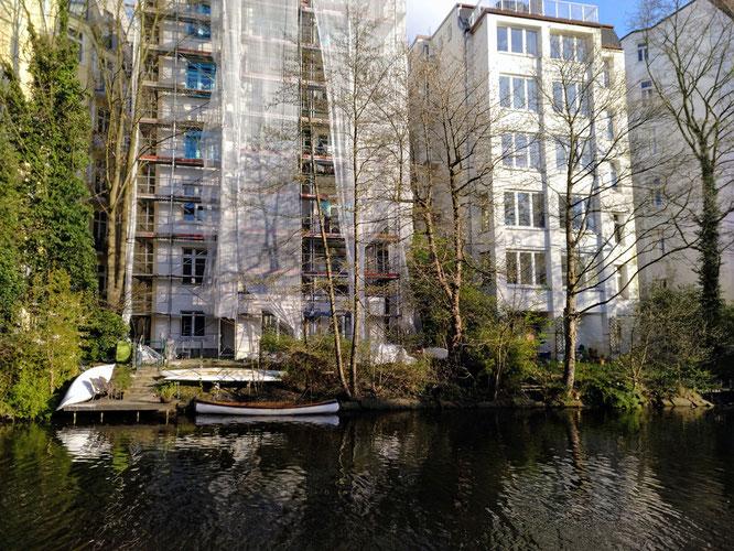 Isebekkanal - Wohnen mitten in der Stadt mit dem Boot vor dem Hintereingang