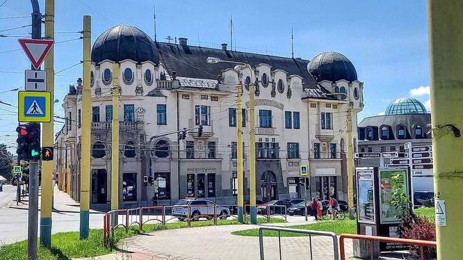 altes Jugendstilgebäude in Kosice, belagert von gelben Pfosten der Moderne