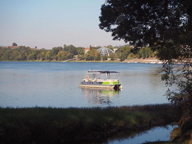 der moderne Kuppelbau am Ufer birgt das kommunale Schwimmband