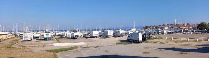 ein großer Stellplatz am Handelshafen von Izola