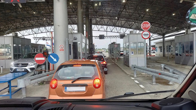 Grenzübergang von Kroatien nach Bosnien, wo uns die Autos der gehobenen Mittelklasse mit deutschem Kennzeichnen in der Gegenrichtung auffielen