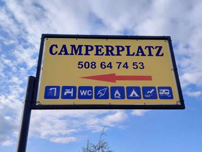 unsere spontane Wahl, für eine Nacht völlig okay, liegt direkt hinter dem großen Campingplatz in Talty. Der Betreiber spricht deutsch