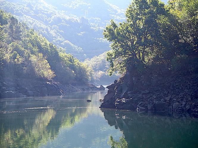 ich weiß nicht, ob der Fluss immer so ruhig ist wie bei unserer Fahrt, aber weil er so tief unten liegt, vermutlich schon