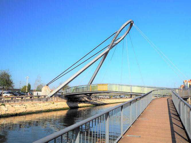 über diese runde Brücke gelangt man in die Stadt