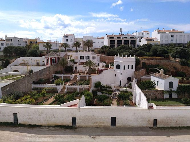 hier sieht man gut, wo die Türen in den beidseitigen Mauern von Es Pla hinführen. Auch diese Gärten füllen sich an San Juan