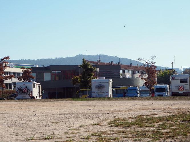 im Hintergrund das Gebäude der zentralen Busstation, hier gibt es auch Duschen
